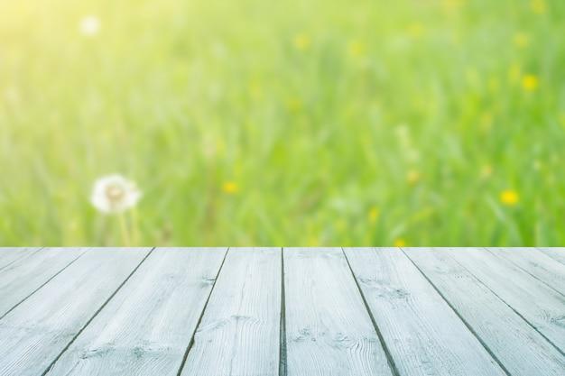Pusty Niebieski Drewniany Stół Z Niewyraźne Park Miejski Na Tle. Koncepcja Strony, Produkty, Tło Lato Premium Zdjęcia