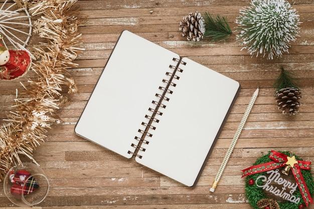 Pusty notatnik dla makiety na drewnie dla bożenarodzeniowego tła Premium Zdjęcia