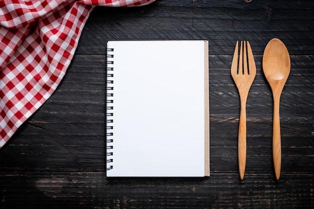Pusty Notatnik Do Notatki Tekstowej Na Powierzchni Drewnianych Z Kopii Sapce Premium Zdjęcia