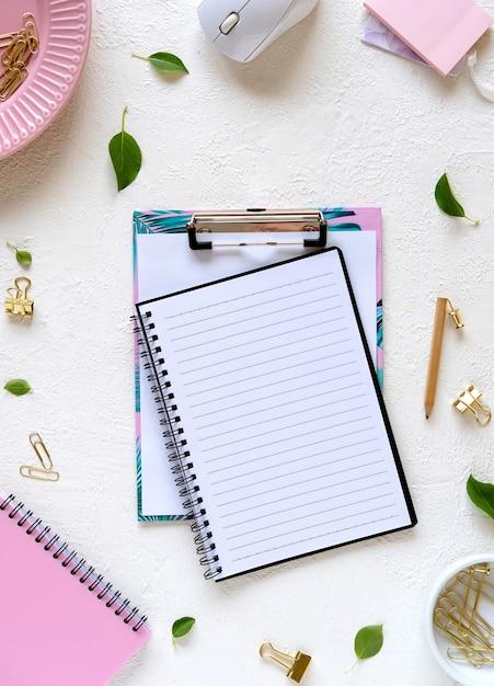 Pusty Notatnik I Materiały Na Białym Tle. Makieta Do Projektowania Premium Zdjęcia