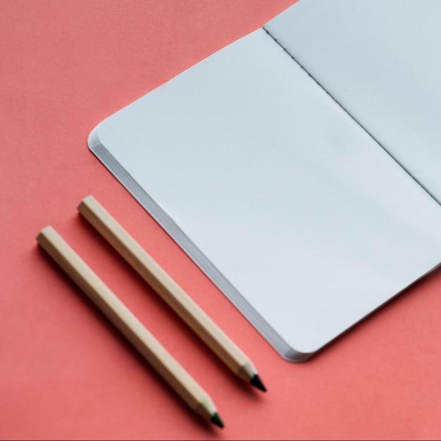 Pusty Notatnik I Ołówek Odizolowywający Na Tle Darmowe Zdjęcia