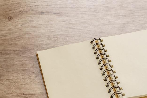 Pusty Notatnik Kraft Na Drewnianym Stole Premium Zdjęcia