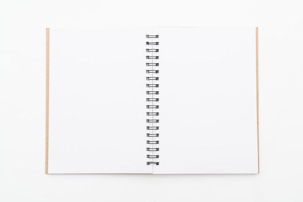 Pusty notatnik na białym tle Premium Zdjęcia