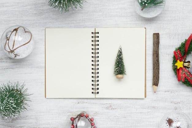 Pusty notatnik na drewnie z bożenarodzeniowymi ornamentami Premium Zdjęcia