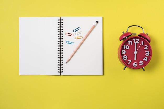 Pusty notatnik na przestrzeni roboczej Darmowe Zdjęcia