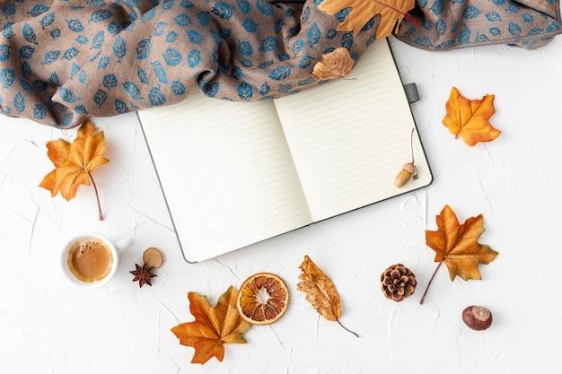 Pusty notatnik obok żółtych liści Darmowe Zdjęcia