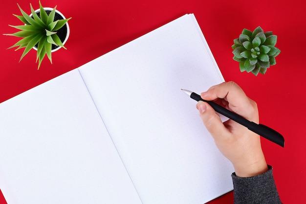 Pusty notepad na czerwień stole Premium Zdjęcia