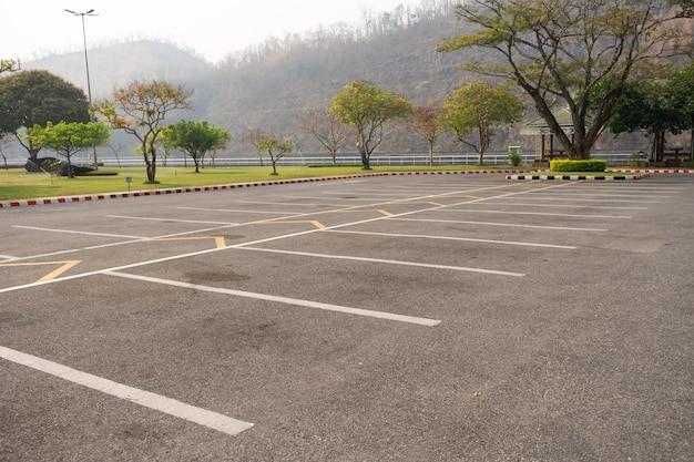 Pusty Parking Pasa Ruchu Na Zewnątrz W Parku. Premium Zdjęcia