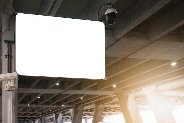Pusty reklamowy billboard przy lotniskiem. Premium Zdjęcia