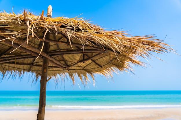 Pusty Salon Leżak Z Parasolem Na Plaży Morze Ocean Błękitne Niebo Na Wakacje W Celach Wypoczynkowych Darmowe Zdjęcia