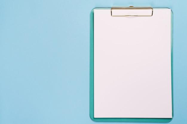 Pusty schowek na pastelowym błękitnym koloru tle z kopii przestrzenią, mieszkanie nieatutowy Premium Zdjęcia