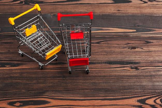 Pusty sklep spożywczy zabawki wózek na zakupy na stole Premium Zdjęcia