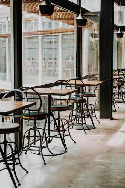 Pusty Stolik I Krzesło W Restauracji I Kawiarni Zdjęcie
