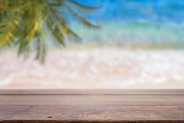 Pusty Stołowy Wierzchołek Na Morze Plaży Tle Premium Zdjęcia