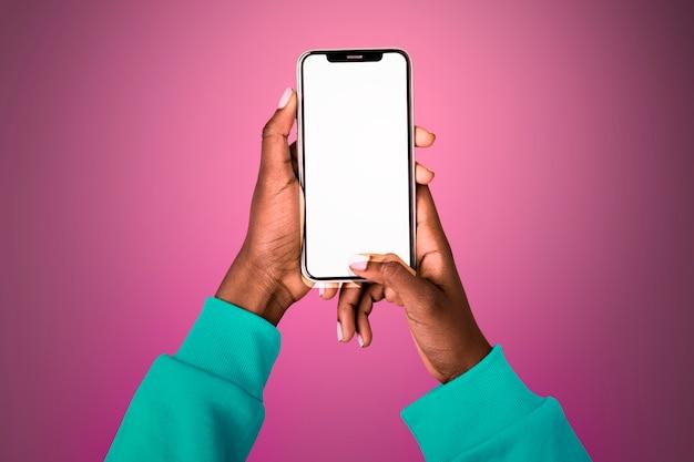 Pusty świecący Ekran Z Osobą Posiadającą Telefon Komórkowy Darmowe Zdjęcia