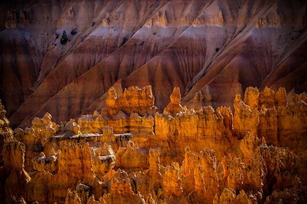 Pustynne Skały I Klify Z Piaszczystą Górą Darmowe Zdjęcia