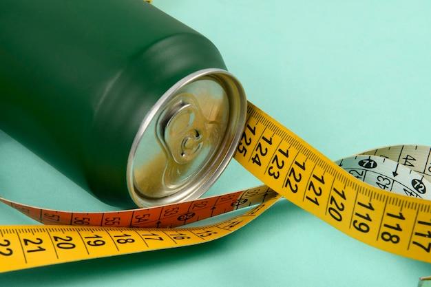 Puszka Aluminiowa W Kolorze Zielonym Z Kolorową Miarką Symbolizującą Osobę Chcącą Schudnąć G. Premium Zdjęcia