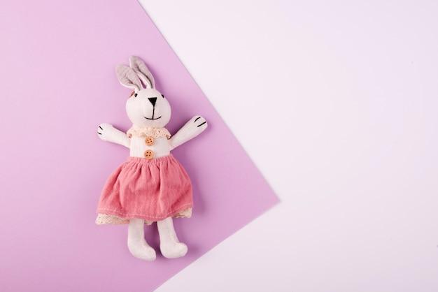 Puszysta Królika Pluszowa Zabawki Kopii Przestrzeń Premium Zdjęcia