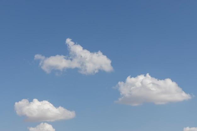 Puszyste Chmury I Tło Błękitnego Nieba Premium Zdjęcia