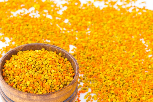Pyłek Kwiatowy W Drewnianym Pudełku. Pyłek O Różnych Kolorach Jest Rozrzucony Na Białym Tle Premium Zdjęcia