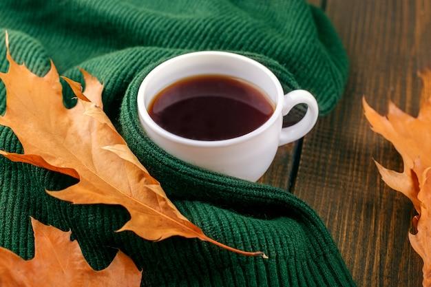 Pyszna gorąca kawa. pojęcie jesieni, martwej natury, relaksu, nauki. Premium Zdjęcia