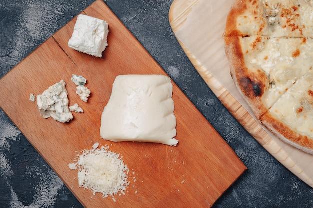 Pyszna Pizza Neapolitańska Z Serem. Cztery Rodzaje Sera. Koncepcja Pysznej Włoskiej Pizzy. Darmowe Zdjęcia
