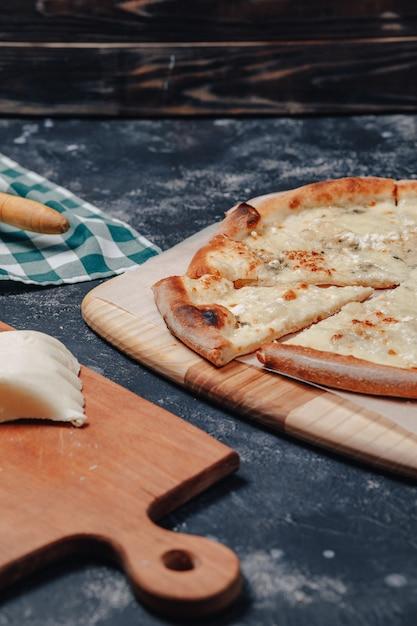 Pyszna Pizza Neapolitańska Z Serem. Cztery Rodzaje Sera. Koncepcja Pysznej Włoskiej Pizzy. Premium Zdjęcia