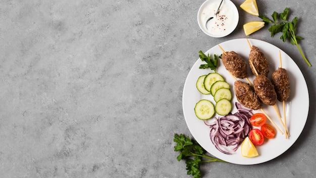 Pyszne Arabskie Szaszłyki Fast Food I Warzywa Na Talerzu Darmowe Zdjęcia