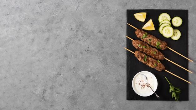 Pyszne Arabskie Szaszłyki Fast-food Kopiują Przestrzeń Premium Zdjęcia