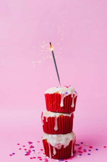 Pyszne babeczki na stole na przyjęcie urodzinowe Darmowe Zdjęcia
