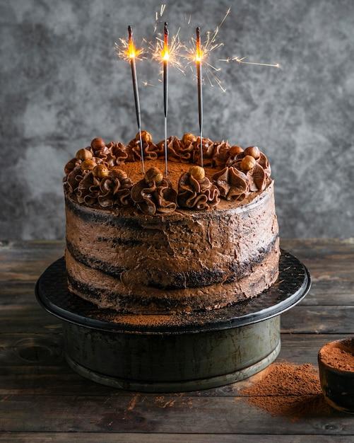 Pyszne Ciasto Czekoladowe Ze świecami Premium Zdjęcia
