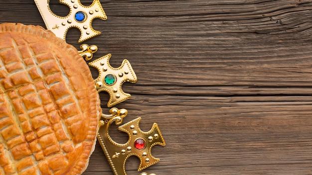 Pyszne Ciasto Epiphany Deser Kopia Przestrzeń Drewniany Stół Premium Zdjęcia