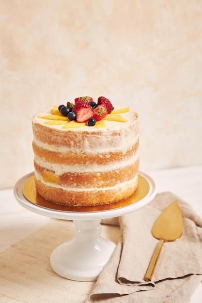 Pyszne Ciasto Mango Truskawkowe Lato Nago Na Białym Stole Z Białym Darmowe Zdjęcia