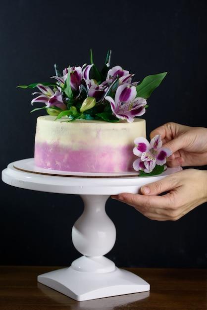 Pyszne Ciasto Ze świeżymi Kwiatami Premium Zdjęcia