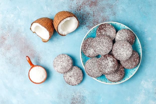 Pyszne Czekoladowe I Kokosowe Ciasteczka Z Kokosem, Widok Z Góry Darmowe Zdjęcia