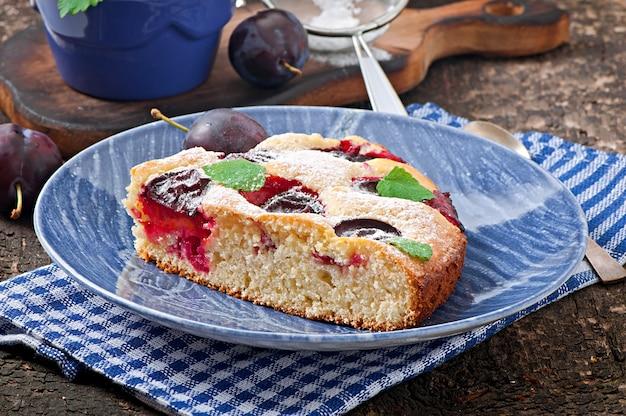 Pyszne Domowe Ciasto Ze śliwkami Na Drewnianej Powierzchni Premium Zdjęcia