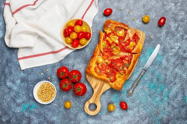 Pyszne Domowe Rustykalne Otwarte Ciasto, Galette Z Różnymi Pomidorami I Orzeszkami Piniowymi Darmowe Zdjęcia