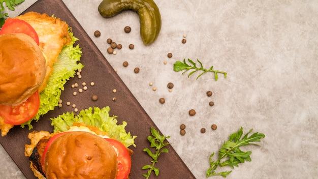 Pyszne Hamburgery Na Szarym Stole Darmowe Zdjęcia