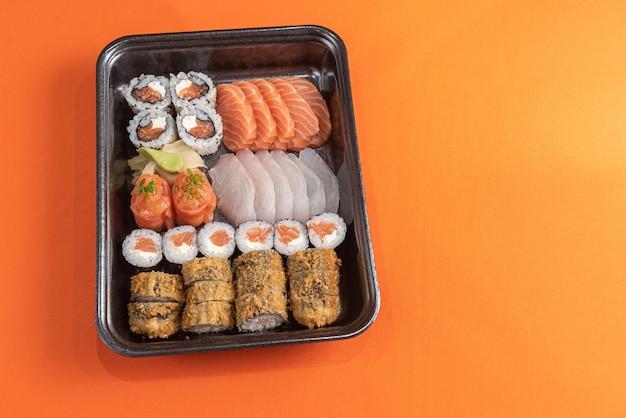 Pyszne I Piękne Sushi Na Pomarańczowym Stole Darmowe Zdjęcia