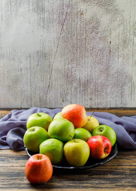 Pyszne Jabłka W Czarnym Talerzu Z Tekstylnym Wysokim Kątem Widzenia Na Tle Drewniane I Nieczysty Darmowe Zdjęcia