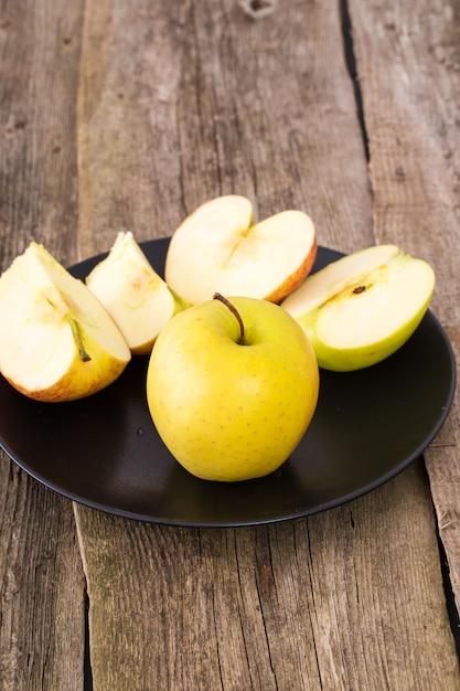 Pyszne Jabłko Na Talerzu Nad Drewnianym Stołem Darmowe Zdjęcia