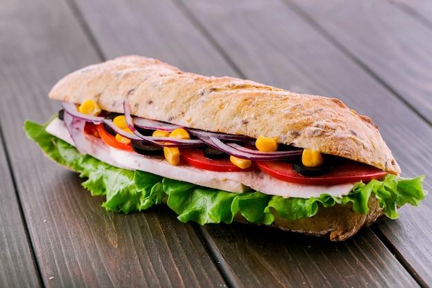 Pyszne kanapki z niebieskim cebuli, kukurydzy i mięsa Darmowe Zdjęcia