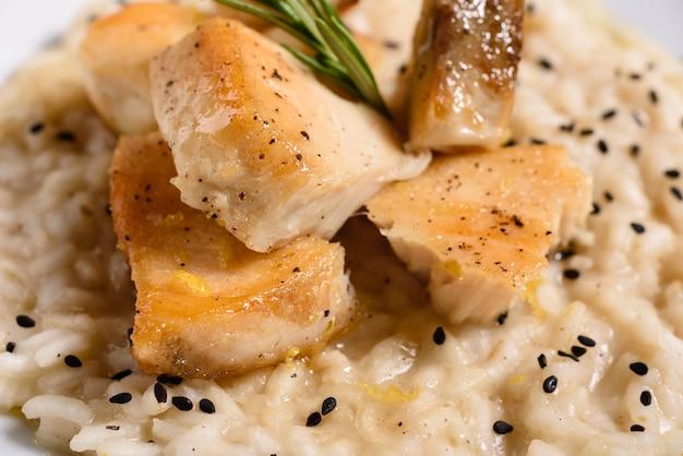 Pyszne Risotto Z Filetem Z Kurczaka Premium Zdjęcia