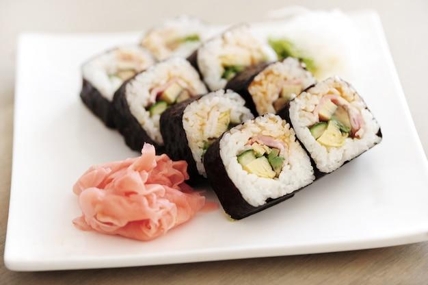 Pyszne Sushi Podawane Na Stole Darmowe Zdjęcia