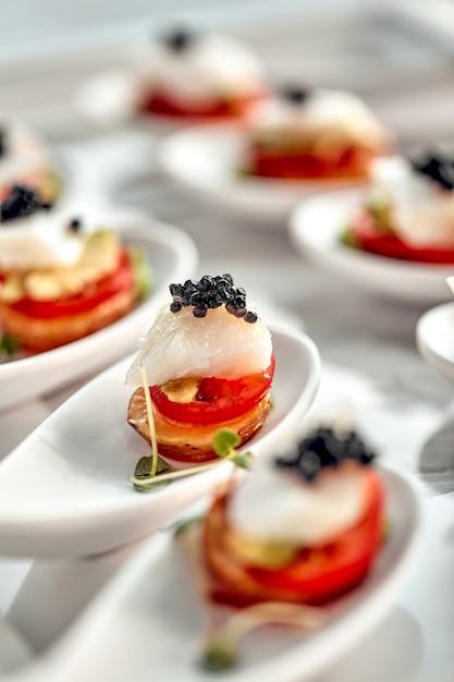 Pyszne Tartaletki Z Czarnym Kawiorem. Koncepcja Jedzenia, Restauracji, Gastronomii, Menu. Premium Zdjęcia