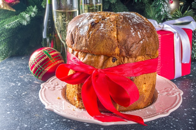Pyszne Włoskie świąteczne Panettone Na świątecznym Stole Premium Zdjęcia