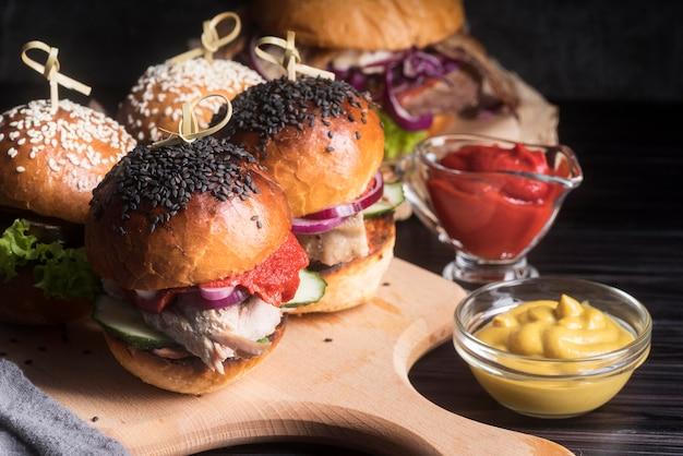 Pyszne Wyglądające Hamburgery Na Desce Darmowe Zdjęcia