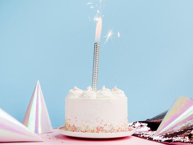 Pyszny biały tort z czapkami urodzinowymi Darmowe Zdjęcia