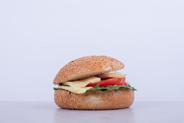 Pyszny Burger Z Pomidorem, Serem, Sałatą Na Białej Powierzchni. Darmowe Zdjęcia