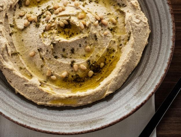 Pyszny hummus z orzeszkami pinii i oliwą z oliwek Premium Zdjęcia